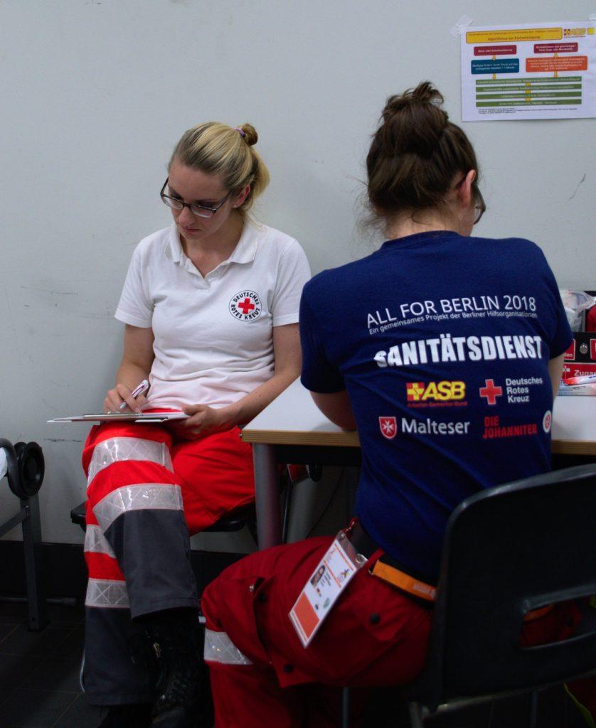Zwei Helferinnen des DRK Müggelspree betreuen auf der Station Gustav einen Patienten.
